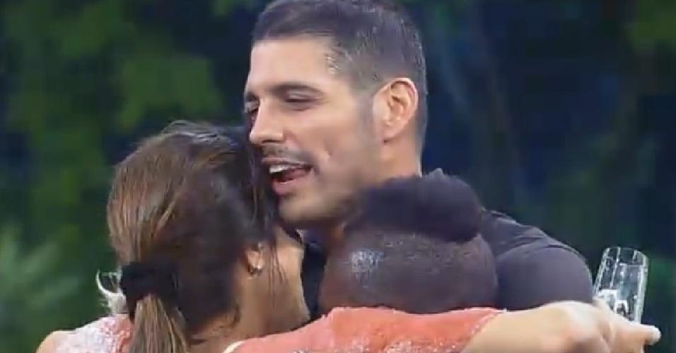 22.nov.2014 - Marlos Cruz, Heloisa Faissol, Neném e Andréia Sorvetão dão abraço coletivo na festa Cinema Mudo de