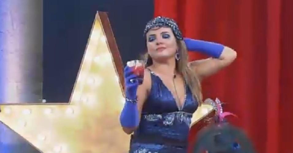 22.nov.2014 - MC Bruninha dança ao som de música sertaneja na festa Cinema Mudo de