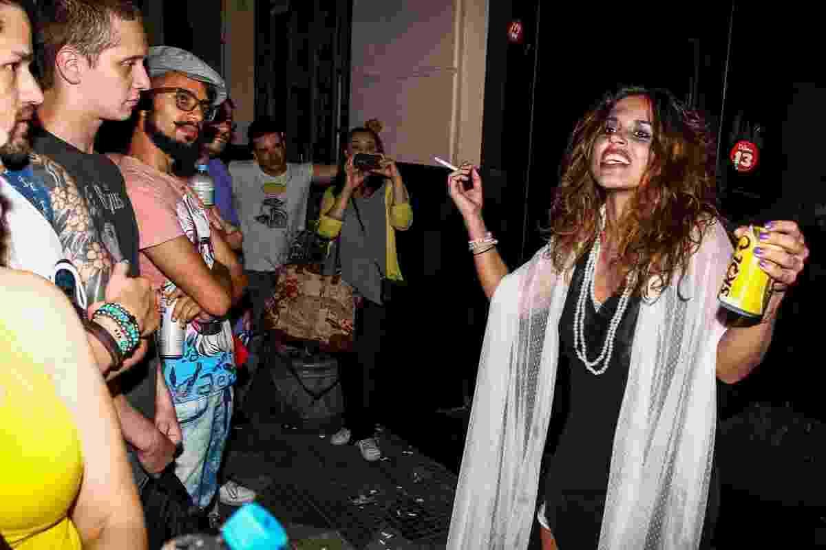 22.nov.2014 - Filha de Zezé Di Camargo interpreta mendiga em peça e se apresenta no centro de São Paulo de graça - Manuela Scarpa/Photo Rio News