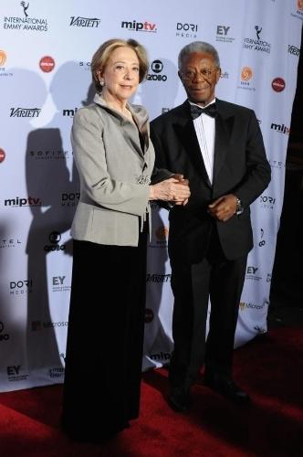 24.nov.2014- Fernanda Montenegro e Milton Gonçalves posam juntos na 42ª edição do Emmy Internacional, em Nova York