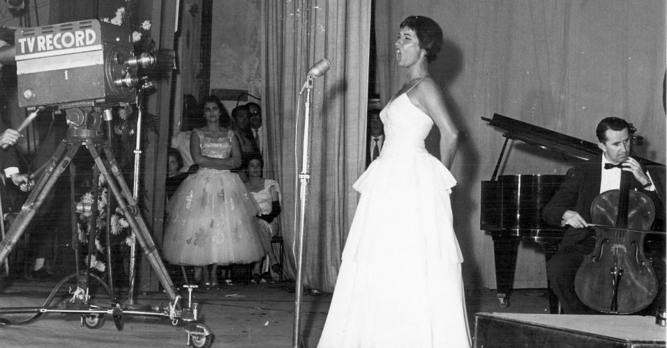 Apresentação de Inezita Barroso no Prêmio Roquete Pinto de 1960; na coxia, à esquerda, a cantora iniciante Hebe Camargo