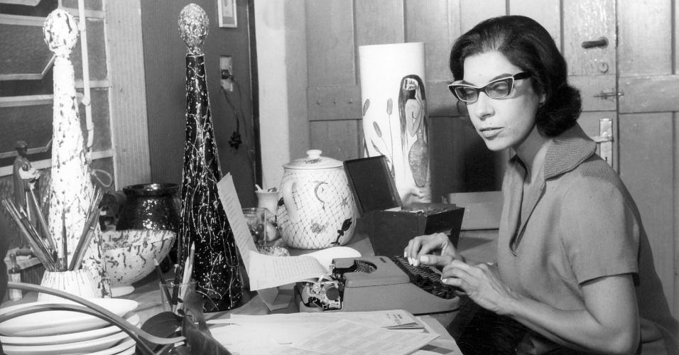 Cantora e compositora Inezita Barroso no escritório de sua casa, na década de 1970