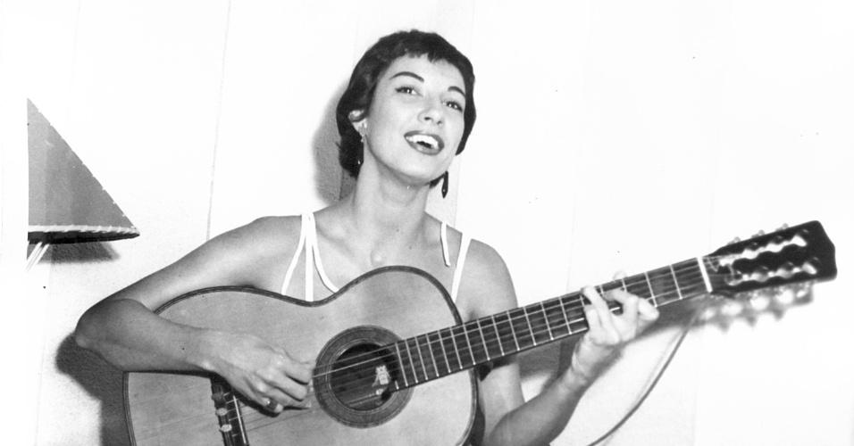Inezita Barroso canta em casa para os amigos, em 1956