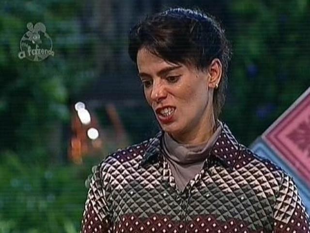 25.nov.2014 - Como última tarefa de detentora do poder da chave, Heloisa Faissol escolhe um envelope para cada peão que está na roça