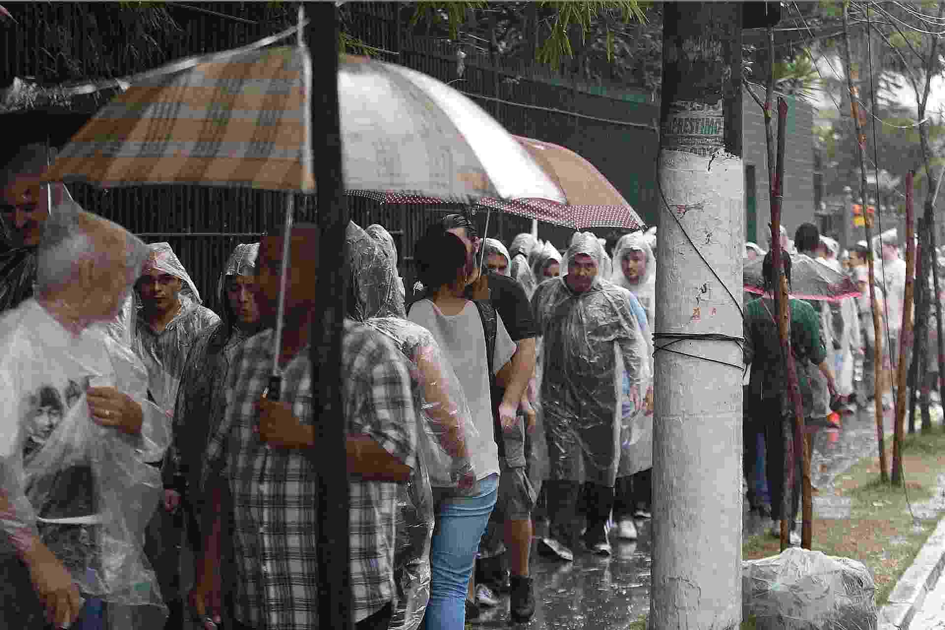 25.nov.2014 - Fãs enfrentam fila para entrar no Allianz Parque, em São Paulo, para o primeiro show do Paul MCCartney - Reinaldo Canato/UOL