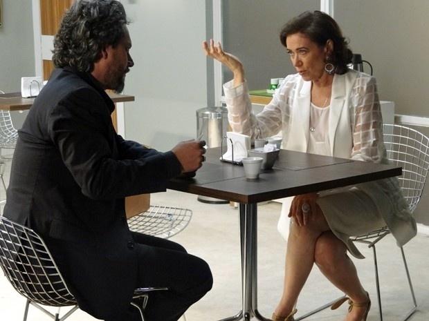 Maria Marta (Lilia Cabral) critica ideia do filho de se casar com Du (Josie Pessoa), mas o Comendador (Alexandre Nero) diz que vai respeitar a decisão do filho
