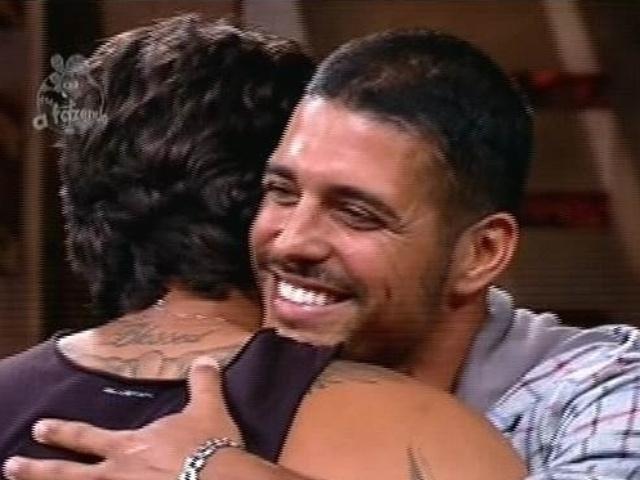 25.nov.2014 - Marlos Cruz se despede de Leo Rodriguez após perder votação e ser eliminado de