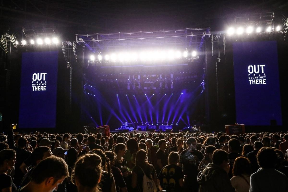25.nov.2014 - Público aguarda o início do show do cantor Paul McCartney no Allianz Parque, em São Paulo; o ex-beatle se apresenta no local com a turnê