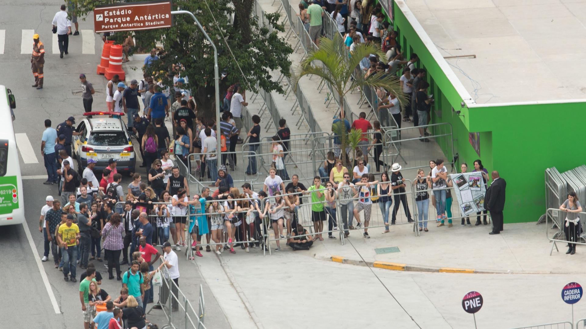 25.nov.2014 - Público aguarda para entrar no Allianz Parque, na zona oeste de São Paulo, onde o cantor Paul McCartney se apresenta com a turnê