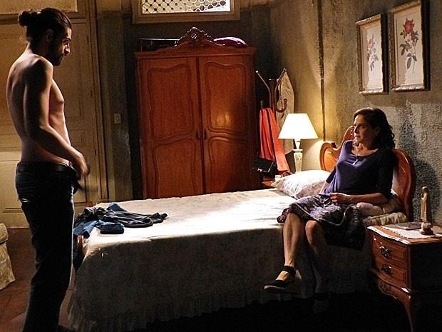 25.nov.2014 - Virgem, Cora (Drica Moraes) se assusta ao ver parceiro nu
