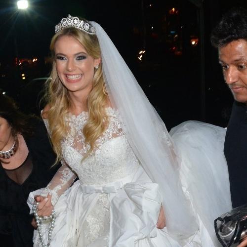 25.nov.2014- A noiva Thaís Pacholek posa sorridente ao chegar para a cerimônia religiosa de seu casamento com Bruno Belutti em São Paulo