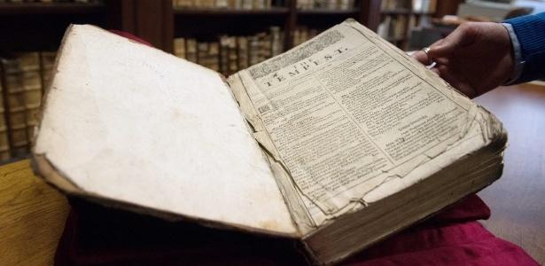 Foto da rara compilação de Shakespeare encontrada na biblioteca de Saint-Omer, norte da França - Denis Charlet/AFP Photo