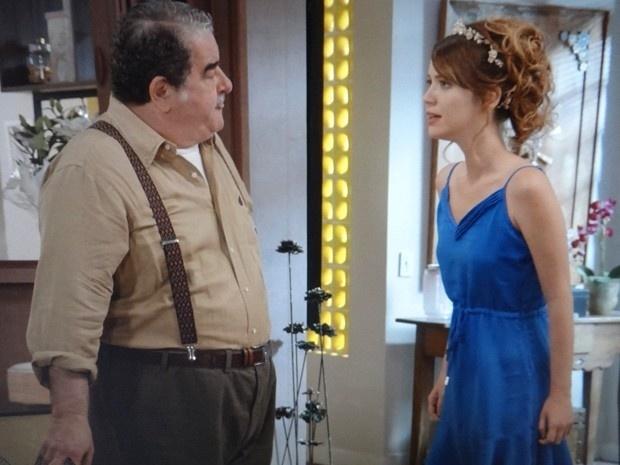Laura (Nathalia Dill) discute com Vicente (Otávio Augusto) porque quer saber informações sobre sua mãe biológica