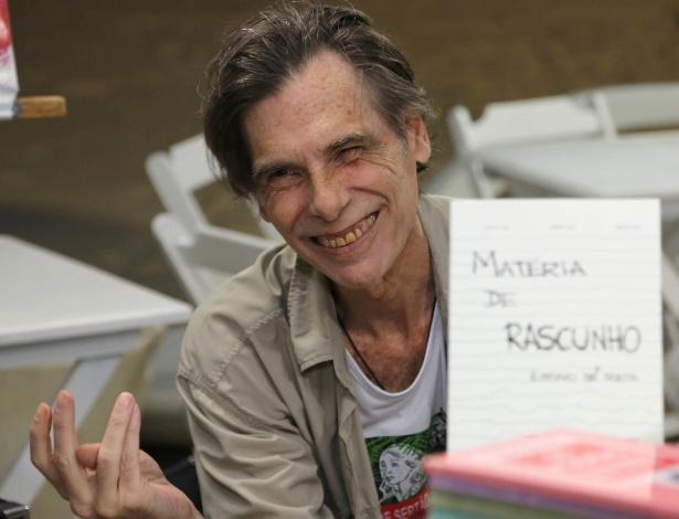 O ator Eduardo Tornaghi no evento Pelada Poética, em quiosque do Leme, no Rio