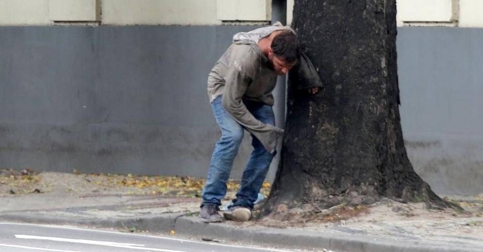 """26.nov.2014 - Como mendigo, Klebber Toledo se apoia em árvore durante gravações de """"Império"""" no Rio de Janeiro"""