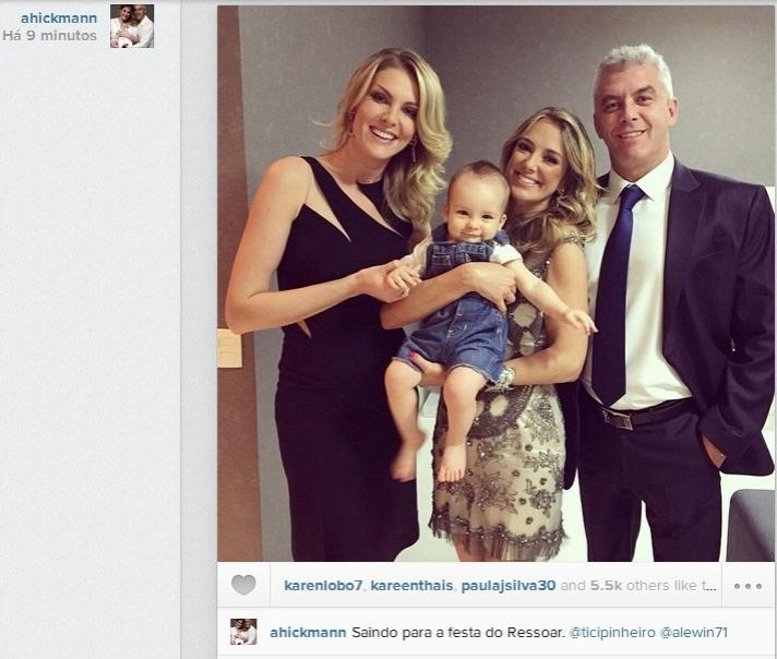 26.nov.2014- Ticiane Pinheiro posa ao lado de Ana Hickmann, o filho dela Alexandre Junior e o marido Alexandre Correa