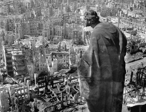 Cidade alemã de Dresden depois de bombardeio dos aliados, em 1945 - © SLUB Dresden / Deutsche Fotothek / Richard Peter