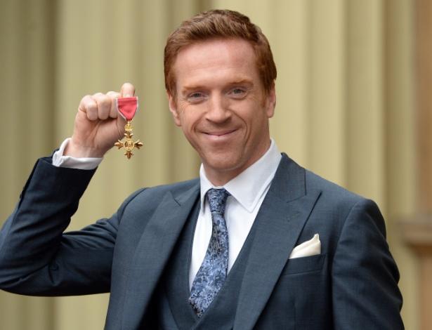 Damian Lewis exibe a medalha de Oficial da Ordem do Império Britânico