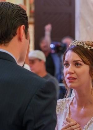Laura (Nathalia Dill) se lembra da noite com Caíque (Sergio Guizé) e desiste de se casar com Marcos (Thiago Lacerda)