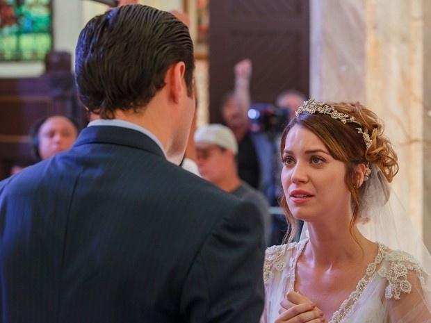 Laura (Nathalia Dill) se lembra da noite romântica com Caíque (Sergio Guizé) e desiste de casar com Marcos (Thiago Lacerda)