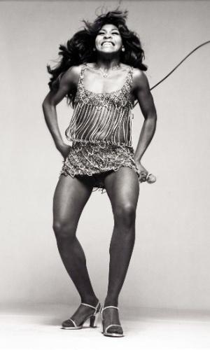 Tina Turner posa para o fotógrafo Richard Avedon, em 1971, durante um ensaio para a revista