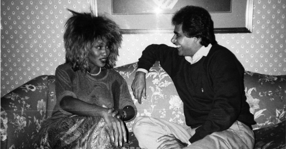 Tina Turner sendo entrevistada pelo jornalista Roberto D'Ávila no programa