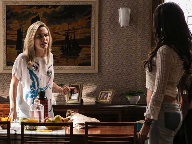 Vitória (Bianca Bin) diz que vai acabar com o noivado de Sandra (Isis Valverde)