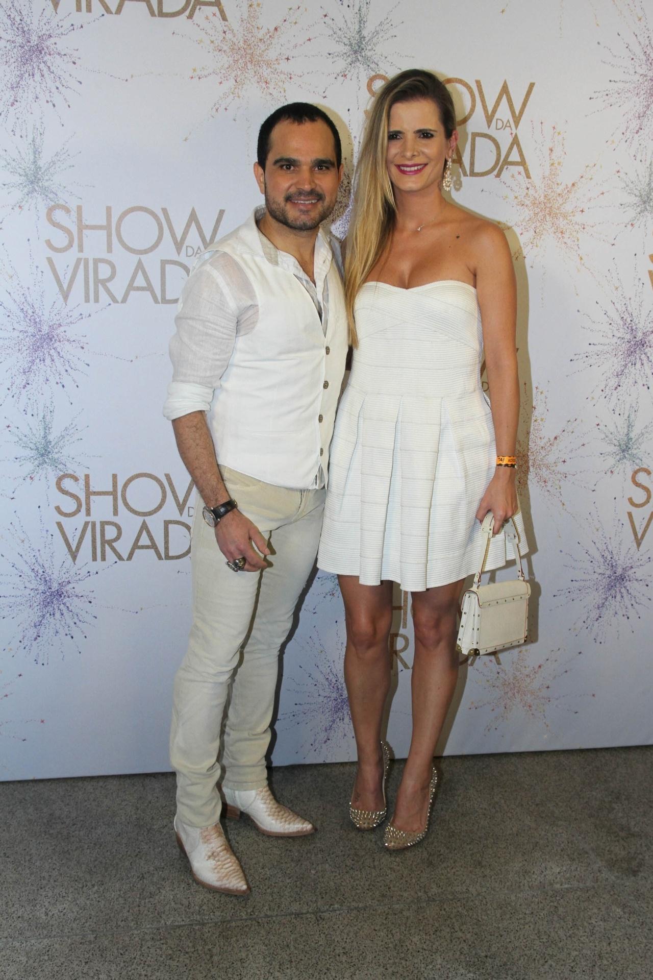 26.nov.2014 - O cantor Luciano leva sua mulher, Flávia, para os bastidores da segunda noite de gravações do