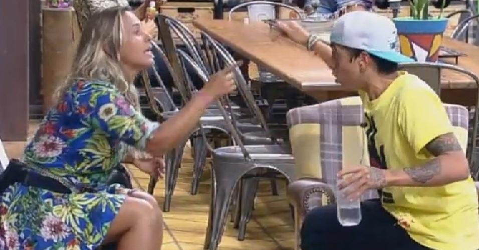 """27.nov.2014 - Andréia Sorvetão discute com DH após racha entre peões de """"A Fazenda 7"""""""