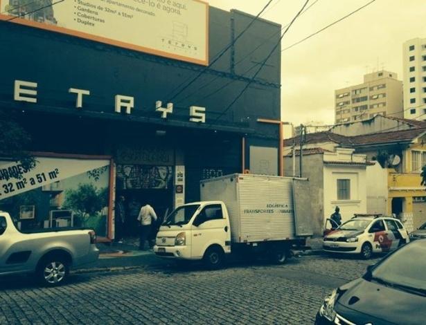 Imagem publicada no Facebook do Núcleo Bartolomeu de Depoimentos mostra caminhão de mudanças e carro da Polícia Militar mobilizados para o cumprimento de uma liminar de despejo do galpão que é sede do grupo - Reprodução/Facebook/Núcleo Bartolomeu de Depoimentos