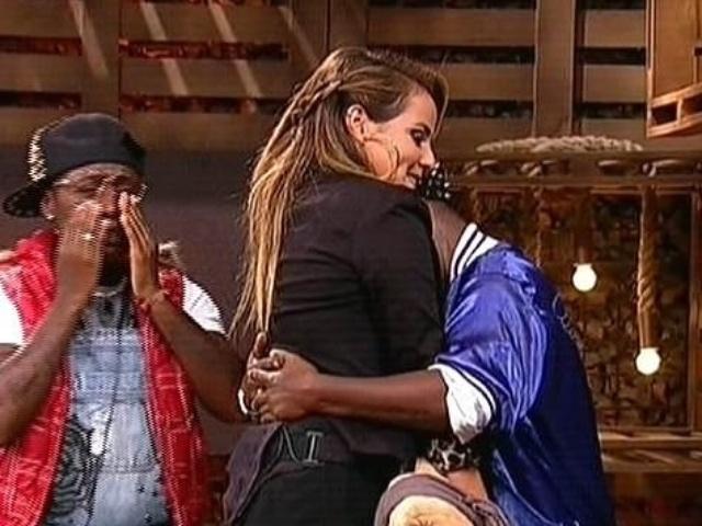 """27.nov,2014 - MC Bruninha se despede das gêmeas Pepê e Neném ao ser eliminada de """"A Fazenda 7"""""""