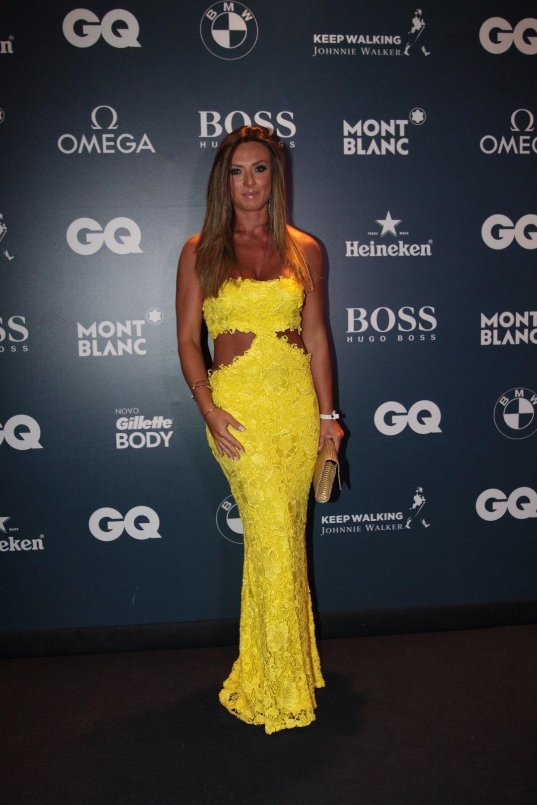 27.nov.2014 - Nicole Bahls ousou no vestido, mas não perdeu a classe no evento