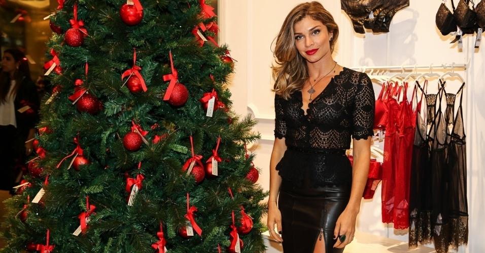 27.nov.2014- Grazi Massafera prestigia evento em shopping paulista com look sensual. A atriz apostou no batom vermelho, transparência e fenda