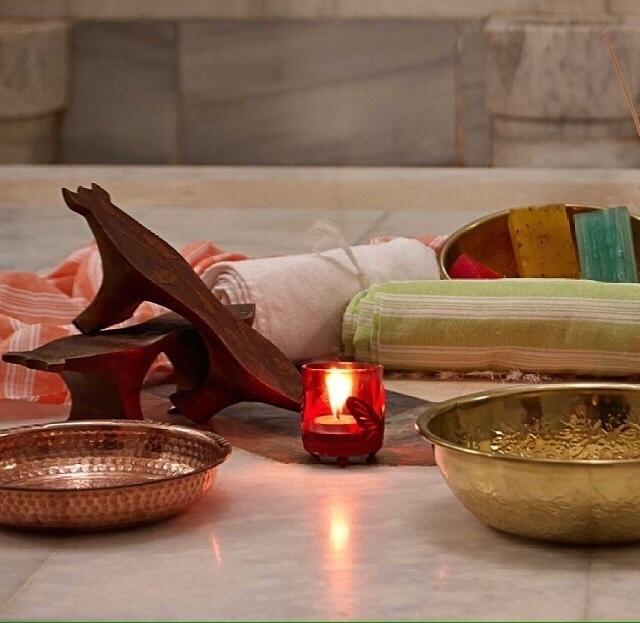Acessórios para o banho turco: sabão de origem turca, toalha (kese) para banho e bacias para banho com água fria