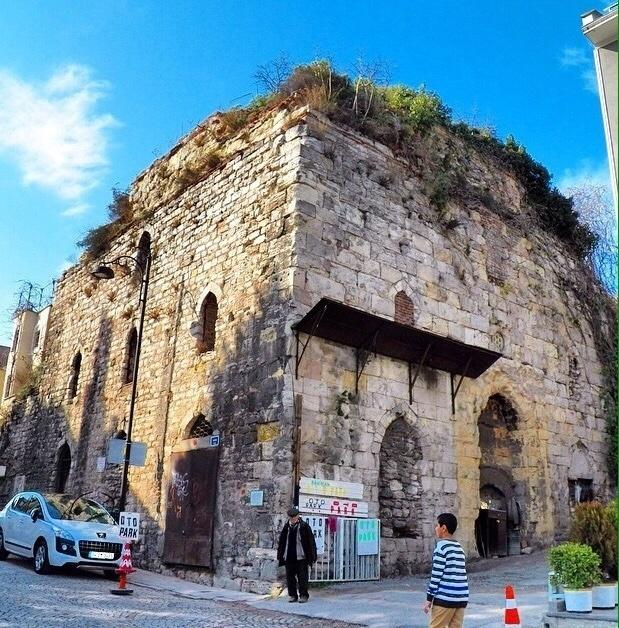 Exterior do prédio de hamam histórico em Istambul