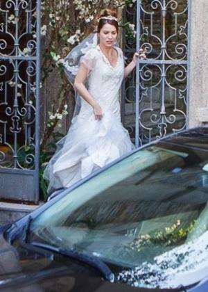 Laura lembrou da noite de amor com Caíque e desistiu do casamento