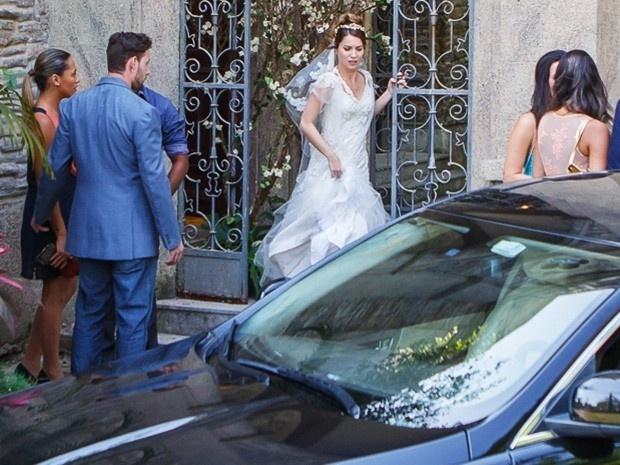 Laura (Nathalia Dill) lembrou da noite de amor com Caíque (Sergio Guizé) e desistiu do casamento
