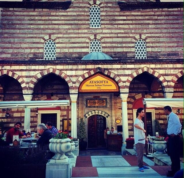 Localizado em um autêntico palácio otomano de  mais de 500 anos que foi a