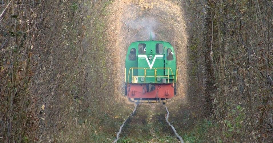 No túnel, os turistas devem ter um pouco de cuidado: o caminho é todo cortado por uma via férrea, por onde, algumas vezes ao dia, passam trens operando para uma fábrica localizada nas redondezas de Klevan