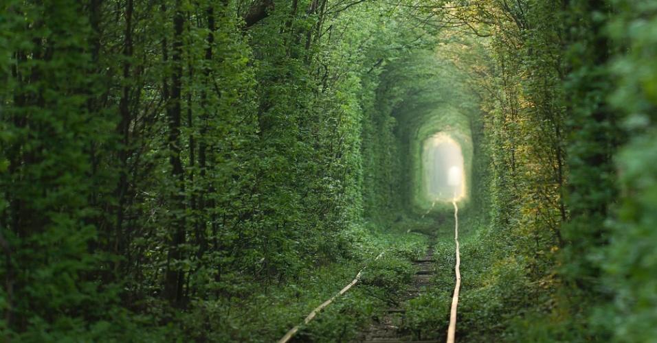 """O """"túnel do amor"""" está a 350 quilômetros de Kiev, a capital da Ucrânia"""