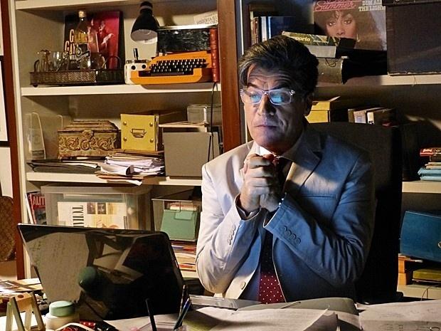 Téo Pereira (Paulo Betti) está louco para destruir a reputação de José Alfredo (Alexandre Nero)