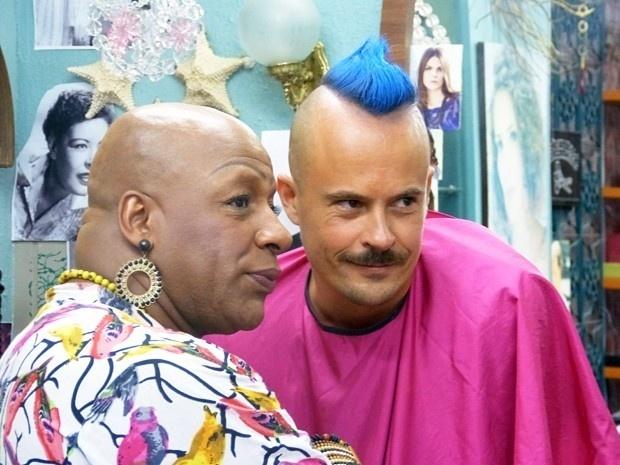 Xana pinta cabelo de Salvador de azul