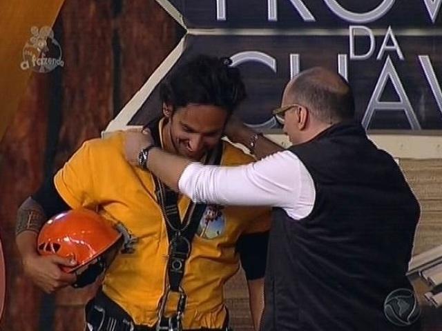 28.nov.2014 - Britto Jr. entrega a chave para Leo Rodriguez depois de o sertanejo vencer a arca em
