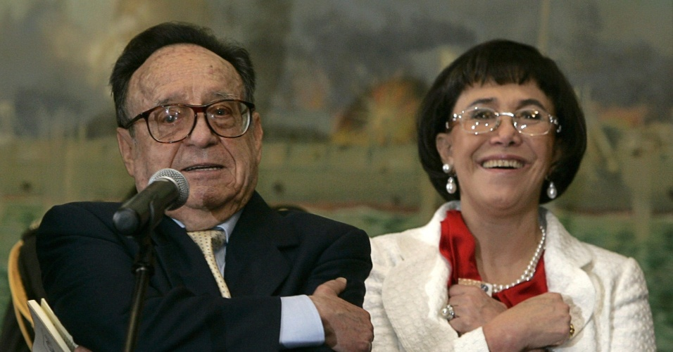 4.jul.2008 - O ator mexicano Roberto Bolaños, acompanhado da atriz e mulher Florinda Mesa, agradece o público peruano ao receber medalha de honra por suas criações no Peru