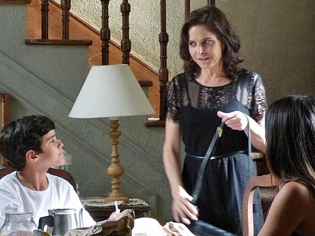 Cora (Drica Moraes) se arruma toda para ir encontrar o Comendador