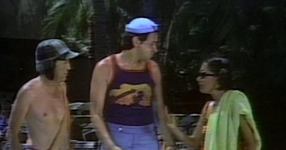 """Imagem da série mexicana """"Chaves"""", de 1977. No episódio o personagem Chaves, interpretado por Roberto Gómes Bolanõs, Kiko, por Carlos Villagrán e María Antonieta de lãs Nieves, a Chiquinha passam férias em Acapulco, no México"""
