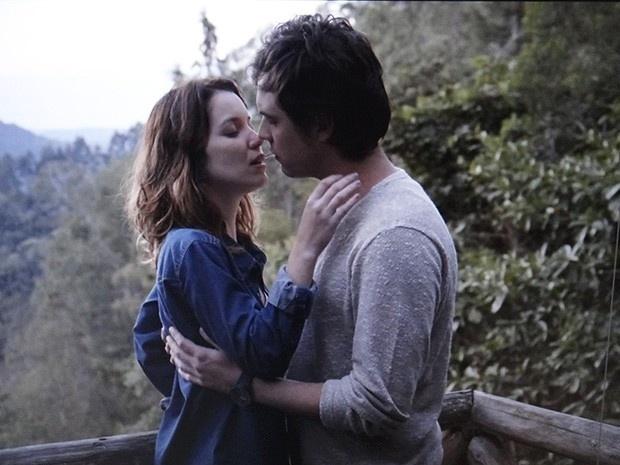 Laura (Nathalia Dill) e Caíque (Sergio Guizé) finalmente se encontram