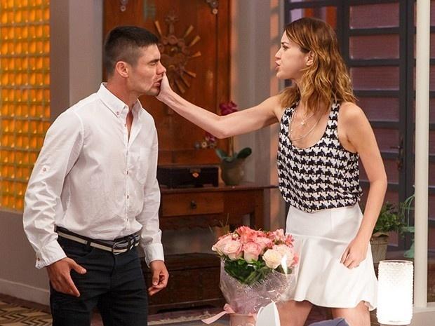 Laura (Nathalia Dill) não aguenta as provocações e dá um tapa no irmão