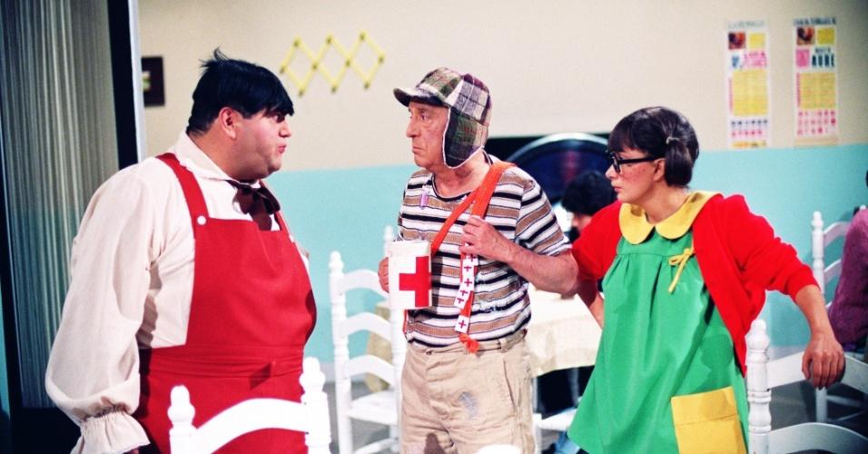 """Os atores Edgar Vivar (Nhonho), Roberto Gómez Bolaños (Chavez) e Maria Antonieta de las Nieve Gómez Rodrigez (Chiquinha) em cena do seriado mexicano """"Chaves"""", no ar no SBT há 30 anos"""