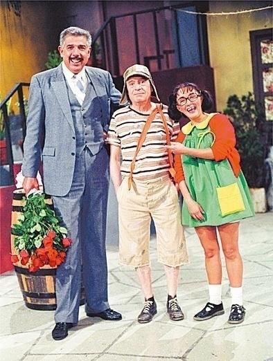 "Rubén Aguirre, como Professor Girafales, Roberto Gómez Bolaños, o Chaves e Maria Antonieta de las Nieves, a Chiquinha do seridado mexicano ""Chaves"""
